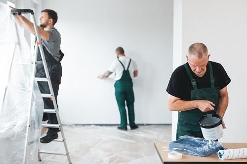 Une peinture sur mesure pour votre commerce La plupart du temps, le service d'un professionnel en peinture s'adresse aux particuliers. Or, les commerçants et les professionnels ont également besoin d'un accompagnement dans le choix de la couleur ou du produit à utiliser. Entreprise spécialisée dans la peinture à Lille Bien qu'elle soit régulièrement négligée, la peinture constitue un élément important dans une décoration. Elle apporte une touche qui va parfaire l'agencement et l'ornement du lieu. Pour les commerçants, une bonne peinture contribue à développer les ventes. Les clients sont naturellement attirés par la boutique avec une bonne décoration. Bien évidemment, il est possible de se lancer dans le projet de peinture de son commerce soi-même. Mais mieux vaut contacter une agence spécialisée enpeinture et décoration à Lille pour obtenir un résultat impeccable. L'avantage d'un accompagnement professionnel réside d'abord dans la qualité du service. L'équipe propose toujours une solution adaptée aux attentes du client. Le professionnel propose du sur mesure afin d'offrir un résultat à l'image de la clientèle. Par ailleurs, il est possible de contacter l'agence de peinture et décoration à Lille, quel que soit le type de commerce à peindre. Les boulangers, les bouchers et les gérants de supérette pourront obtenir de l'aide auprès du spécialiste. Un autre avantage du service réside dans la réduction du coût. Il n'est pas rare que la peinture soit entiercement refait puisqu'elle ne correspond pas aux attentes. Or, ce problème n'existe pas avec une bonne expertise. Enfin, les commerçants ont intérêt à contacter des pros s'ils souhaitent que le projet se réalise rapidement. L'accompagnement d'un expert est en effet indispensable pour gagner du temps dans tous travaux de peinture. Quand réaliser des travaux de peinture chez les particuliers ? La peinture d'intérieur figure aussi dans les éléments décoratifs d'une habitation. Elle sera toujours présente dans une pièce, mê